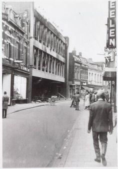 Vroom & Dreesmann kreeg in 1965 te maken met een heftige brand. Links zie je het pand helemaal uitgebrand.