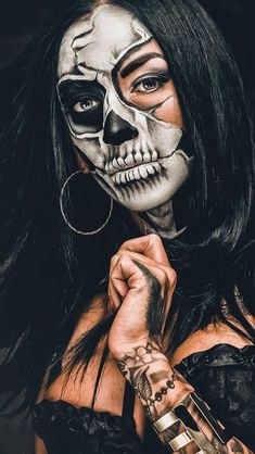 Best Halloween Makeup Looks That Are Creepy Yet Cute Girl Halloween Makeup, Halloween Cosplay, Halloween Nails, Halloween Costumes, Halloween Face Paint Scary, Scary Face Paint, Voodoo Halloween, Skeleton Face Paint, Skull Face Paint