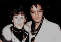 Elvis in december 5, 1968 at the gates of his L-A house with fans.