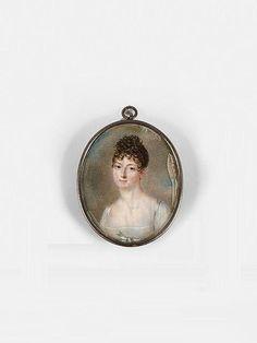 <b>Jean-Baptiste-Jacques Augustin</b> Saint-Dié-des-Vosges, 1759 - Paris, 1832 <br /> <b>Femme aux cheveux châtain coiffés en houppette sur le front, tresse et mèches, en robe blanche Empire sur fond de ciel</b> <br /> Miniature ovale, médaillon en métal <br /> Un ancien numéro d''inventaire ''55'' au verso <br /> (Mouillures, oxydations) <br />  <br /> h: 5,80&nbsp...