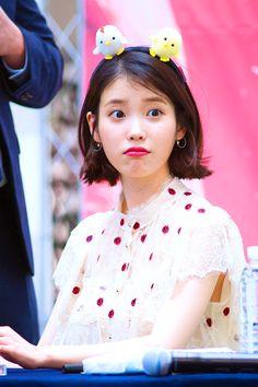 I want that headband Iu Short Hair, Short Hair Styles, K Pop, Korean Girl, Asian Girl, Warner Music, Eun Ji, Size Zero, Iu Fashion