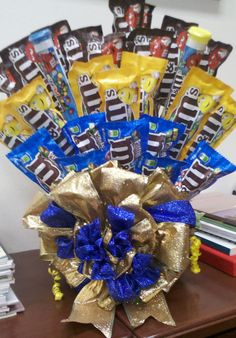 M&M bouquet Candy Boquets, Candy Bouquet Diy, Bouquet Box, Gift Bouquet, Candy Gift Baskets, Candy Gifts, Chocolate Hampers, Chocolate Gifts, Creative Birthday Gifts