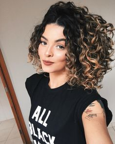 Styling your curly hair is easier than you think! Your hair can be curly or curly, and can be swollen and bushy, but these are the features most people. Curly Hair Braids, Curly Hair Care, Short Curly Hair, Wavy Hair, Curly Hair Styles, Hair Color Auburn, Auburn Hair, Curly Highlights, Colored Curly Hair
