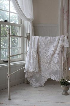 Shabby Chic Interior Design Ideas For Your Home Vintage Shabby Chic, Shabby Chic Decor, Vintage Lace, Interiores Shabby Chic, Vintage Accessoires, Shabby Chic Interiors, Manta Crochet, Lace Curtains, White Cottage