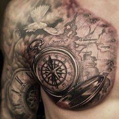 Taube, Kompass und alte Taschenuhr als Tattoo auf der Brust Warze Nippel Vogel Federn Fliegen Weltkarte Landkarte Oberarm Schulter Tattoos