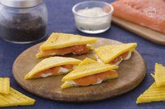 A prima vista sembreranno piccoli sandwich ma all'assaggio scoprirete tutto il sapore fresco del salmone racchiuso tra due triangoli di polenta.