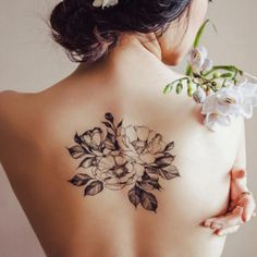 Vejo flores em você! Encontre aqui suatatuagem floralpredileta para chamar de sua. <3