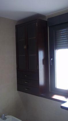 Continuación del mueble de roble macizo. Aprovechando una zona de pared se colocó un mueble con puertas, también en roble. #bañosdemadera #bañosmedida #mueblesamedida