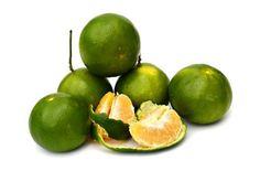 ヘスペリジンは、特に熟す前の柑橘類に多く含まれるバイオフラボノイドの一種で、ビタミンPとしても知られています。ヘスペリジンは体内では生成できないので、オレンジ、グレープフルーツ、レモンやみかんなど(の特に皮部分)や、またはサプリメントから摂り入れるほかありません。