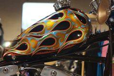 *japan Custom Motorcycle Paint Jobs, Custom Paint Jobs, Gravure Metal, Pinstripe Art, Custom Tanks, Lace Painting, Motorcycle Tank, Airbrush Art, Pinstriping