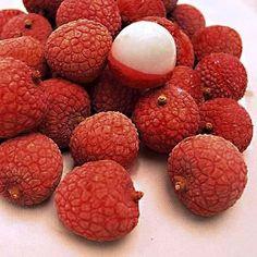 Lichi-->Originario del sur de China, se encuentra en la India, Taiwán  Es dulce, con sabor a algo así como la combinación de una pera y uva.