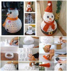 Pupazzo di neve con bicchieri di plastica