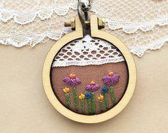 Collar de Boho, bordado Mini aro collar, colgante de flores silvestres, XIII aniversario, joyería rústica, Boho joyería, aniversario de encaje