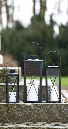 Lanterner skaber en hyggelig stemning og pynter ved fordøren. #lanterner #lysihaven #stemningihaven #aftenihaven #lantern #lightinthegarden #gardenatmosphere #nordicliving #plantorama