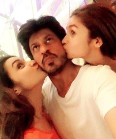 Cute! This is What Pari and Alia Did to SRK When Abram Was Asleep! | PINKVILLA