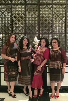 Ideas for dress brokat putih Model Dress Batik, Batik Dress, Batik Fashion, Ethnic Fashion, Filipiniana Dress, Model Kebaya, Dress Brokat, Modesty Fashion, Ethnic Dress