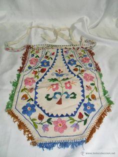Delantal o mandil bordado a mano para traje regional salamanca . España