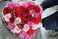 DONÁŠKA KVETOV A KYTÍC Kvety azda v každom z nás prebúdzajú pocity radosti a nežnosti. Dostať čerstvé voňavé kvety, to často pohladí dušu viac, než drahé dary. Like4like, Rose, Instagram Posts, Flowers, Plants, Beautiful, Pink, Roses, Flora