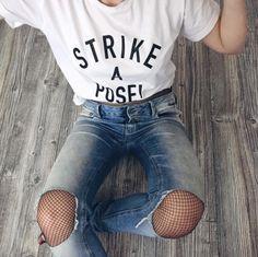 Una de las formas más estilosas de llevar medias de red, es tenerlas debajo de tus jeans rotos. | 16 Maneras de usar medias de red y lucir estilosa