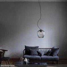 """Dieses Sofa mit Holzgestell verleiht dem modernen Wohnzimmer eine gemütlich-natürliche Retro-Note. Das """"Fly Sofa SC2"""" besteht aus einem Eichenholzgestell und aufgelegten…"""