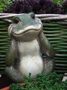 I would love a garden full of these guys Garden Frogs, Frog Art, Cute Frogs, Frog And Toad, Diy Garden Projects, Garden Statues, Amphibians, Yard Art, Garden Inspiration