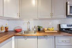 Kafelki o kształcie plastra miodu na ścianie w kuchni - Lovingit.pl
