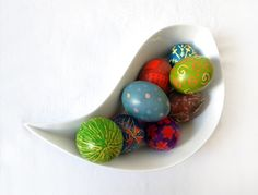 DIY - Beautifully Vibrant Pysanky Eggs for Easter tutorial #easter #tutorial #tut #diy #howto #eggs