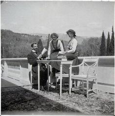 Великие княжны Ольга и Татьяна с Пьером Жильяром в Ливадии, фото 1911 года.