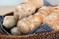 Eplebrød med rosmarin ser godt ut... Frisk, Scones, Baked Goods, Bread Recipes, Rolls, Food And Drink, Favorite Recipes, Apple, Baking