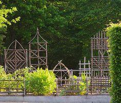 Trellis & Climbing Structures.   Les simples au jardin médiéval