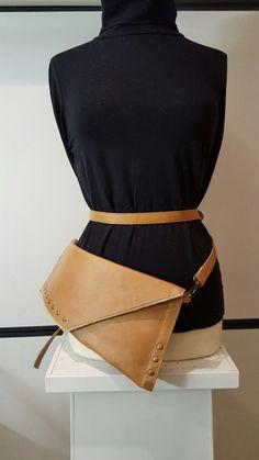 """""""AU"""" clutch ook als heuptas of schoudertas te dragen. Gemaakt van rundleder. Exclusief design. € 119,- te koop bij www.atelierunique.nl"""