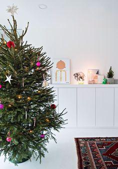 Kiinteä kaapisto on teetetty mittatilauksena. Kaapiston päällä olevat asetelmat vaihtuvat usein. Norsupiirros on hankittu Tokyo ry:n joulumyyjäisistä. Christmas Tree, Holiday Decor, Home Decor, Teal Christmas Tree, Decoration Home, Room Decor, Xmas Trees, Christmas Trees, Home Interior Design