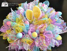 Easy Easter Wreath - using dollar store items | 100 Things 2 Do Mesh Wreath Tutorial, Diy Wreath, Wreath Making, Fabric Wreath, Wreath Crafts, Wreath Ideas, Burlap Wreath, Diy Ostern, Easter Crafts For Kids