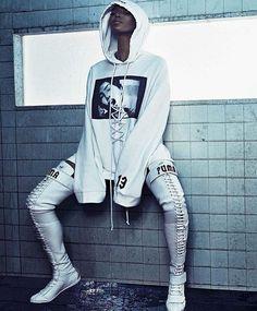 Naomi Campbell estrela campanha da nova coleção de Rihanna para a Puma