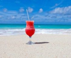 Best beach drinks to order at all-inclusive resorts (strawberry alcohol drinks tipsy bartender) Mie Goreng, Nasi Goreng, Beach Drinks, Party Drinks, Holiday Drinks, Holiday Ideas, Travel Jobs, Travel Advice, Strawberry Margarita