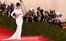 Rihanna забастовки позу для кладов ожидания фотографов в ее смелых белое платье Стеллы Мак...