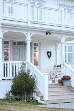 Verandan | Drömgårdsliv Modern Farmhouse, Bungalow House Design, Modern Farmhouse Exterior, Wood Railing, House Design, Front Door, Norwegian House, House Goals, Cottage Front Porches