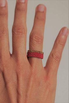 OFERTA DE LANZAMIENTO Un anillo ancho flexible tejido a mano con cuentas de cristal Miyuki 11/0 y nylon cable a tu color favorito de una amplia selección, desde la perla metálica (oro, plata, latón) en colores brillantes o mate (negro, azul, rojo, amarillo, naranja, etcetera). ¡Un efecto