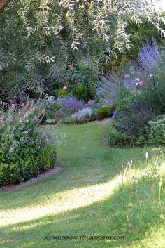Ein Schweizer Garten Garden Borders, Garden Paths, Lawn And Garden, Garden Landscaping, Blue Garden, Dream Garden, Garden Inspiration, Garden Furniture, Beautiful Gardens