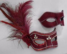 Máscaras venezianas luxo de carnaval para casal em vermelho.  Clique para ver onde comprar.