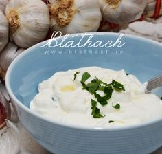 Homemade Yogurt Garlic Dip This is SO good! It only takes 5-10 minutes to prepare, and it's really flavourful and natural. Easy, basic and delicious for pizzas, salads, fish, meat and veggies. Garlic Dip, Childrens Meals, Homemade Yogurt, Vegetarian Cheese, Spreads, Healthy Snacks, Dips, Veggies, Meat
