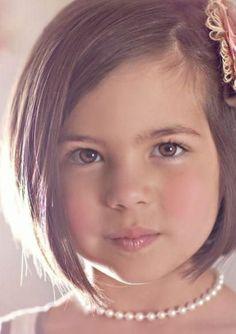 coupe de cheveux fille carré très élégante, suggestion coiffure petite fille mariage