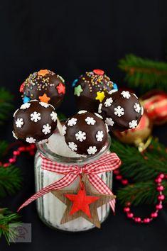 Cake pops cu ciocolata - CAIETUL CU RETETE Cake Pops, Deserts, Christmas Ornaments, Holiday Decor, Sweet, Blog, Cakes, Pastries, Candy