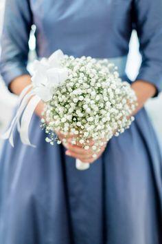 kugeliger Brautstrauss aus Schleierkraut passend zum blauen 40er Jahre Brautkleid mit Uboot-Ausschnitt und Ärmeln (http://www.noni-mode.de)