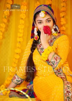 Mendhi Look Festival Style, Festival Fashion, Haldi Function, Mehndi Night, Function Dresses, Mehndi Dress, Pakistani Models, Flower Jewelry, Fashion Night