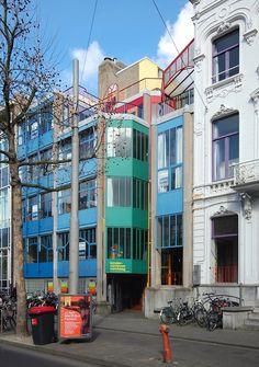 Hubertus Huis in Amsterdam van Aldo van Eyck. Voorbeeld van het toepassen van kleuraccenten en serialiteit door regenboogkleuren.