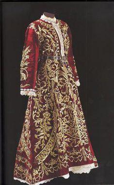 Late-Ottoman 'bindallı entari', early 20th century. Embroidery technique: 'sarma' / 'Maraş işi'.     Sadberk Hanim Museum