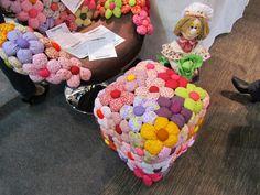 Pufes de garrafas de plástico. Decoração Flores acolchoadas  Bancos acolchoados e cadeiras - floridos. Uma ótima idéia para um quarto de criança! Brilhante, divertido ... ótimo! E você você pode usar apenas os restos de tecido brilhante e enchimento.