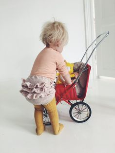 Ruffled baby bloomers knitting pattern