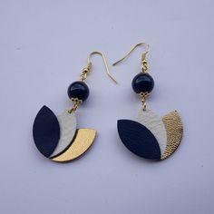Pièce unique  3 pétales en cuir et perles en  lapiz lazuli
